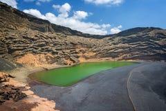 拉古纳Verde,在El附近Golfo村庄的一个绿色湖在兰萨罗特岛,加那利群岛,西班牙 免版税库存图片