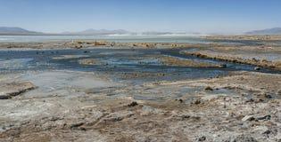 拉古纳y Termas de Polques与撒拉族de Chalviri的温泉水池在背景,撒拉族de Uyuni,波托西,玻利维亚中 库存照片