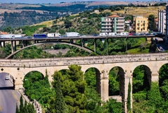 拉古萨,意大利- 2010年6月02日:拉古萨,巴洛克式的城市桥梁在西西里岛 免版税库存照片