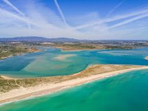 拉各斯和Alvor,阿尔加威,葡萄牙鸟瞰图  库存照片