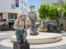 拉各斯,葡萄牙- 2017年8月03日:给在街道上的一个人的活雕象一个介绍 免版税图库摄影