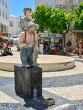 拉各斯,葡萄牙- 2017年8月03日:给在街道上的一个人的活雕象一个介绍 库存图片