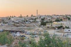 拉哈特, (啤酒舍瓦)内盖夫,以色列-市的全景7月24,日落的拉哈特 库存图片