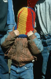 拉在他的题头的男孩羊毛盖帽 免版税库存图片