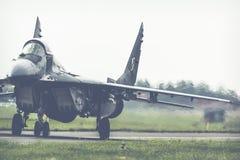 拉多姆,波兰- 8月26 :在空气期间,波兰F-16做它的展示 免版税库存照片