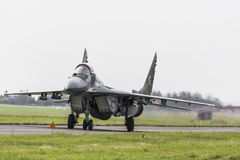 拉多姆,波兰- 8月26 :在空气期间,波兰F-16做它的展示 图库摄影