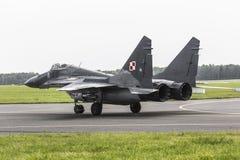 拉多姆,波兰- 8月26 :在空气期间,波兰F-16做它的展示 免版税图库摄影