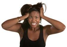 拉头发的恼怒的妇女 免版税库存照片