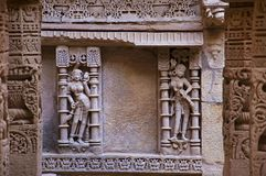 拉妮ki vav被雕刻的内在墙壁,在Saraswati河河岸的一复杂地被修建的stepwell  Patan,古杰雷特,印度 免版税库存照片