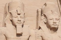拉姆西斯国王雕塑II和女王Nefertari在阿布格莱布Simbel 库存图片