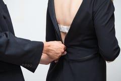 拉开她的礼服拉链的妇女和人细节  免版税图库摄影