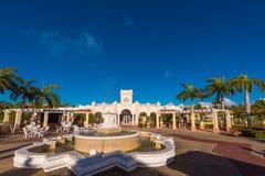 巴拉德罗角,马坦萨斯,古巴- 2017年5月18日:喷泉和大厦的看法 复制文本的空间 查出在蓝色背景 免版税库存图片