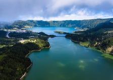 拉戈阿佛得岛和拉戈阿阿苏尔峰,塞特港Cidades火山的火山口的,圣米哥海岛湖的顶视图 库存图片
