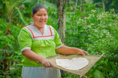 拉戈阿格里奥,厄瓜多尔- 2016年11月, 17 :妇女在Siona的一个室外厨房里展示烹调丝兰玉米粉薄烙饼 免版税库存图片