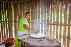 拉戈阿格里奥,厄瓜多尔- 2016年11月, 17 :妇女在Siona的户内厨房里展示烹调丝兰玉米粉薄烙饼 库存图片