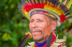 拉戈阿格里奥,厄瓜多尔- 2016年11月17日:一个Siona僧人的画象传统礼服的有在的一个羽毛帽子的 免版税图库摄影