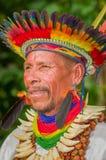 拉戈阿格里奥,厄瓜多尔- 2016年11月17日:一个Siona僧人的画象传统礼服的有在的一个羽毛帽子的 库存照片