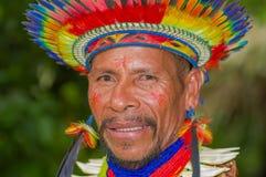 拉戈阿格里奥,厄瓜多尔- 2016年11月17日:一个Siona僧人的画象传统礼服的有在的一个羽毛帽子的 免版税库存照片