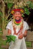 拉戈阿格里奥,厄瓜多尔- 2016年11月17日:传统礼服的微笑的Siona僧人有在土产的一个羽毛帽子的 库存照片