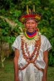 拉戈阿格里奥,厄瓜多尔- 2016年11月17日:传统礼服的Siona僧人有一个羽毛帽子的在一个土产村庄 库存图片