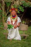 拉戈阿格里奥,厄瓜多尔- 2016年11月17日:传统礼服的Siona僧人有一个羽毛帽子的在一个土产村庄 库存照片