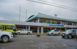拉戈阿格里奥,厄瓜多尔2016年11月16日:位于市的美丽的机场拉戈阿格里奥,游人到达 图库摄影