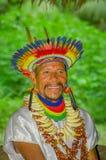 拉戈阿格里奥,厄瓜多尔- 2016年11月17日:关闭传统礼服的一个微笑的Siona僧人有羽毛帽子的 免版税库存照片