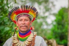 拉戈阿格里奥,厄瓜多尔- 2016年11月17日:关闭传统礼服的一个Siona僧人有在的一个羽毛帽子的 免版税图库摄影