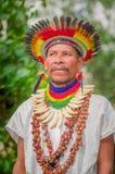 拉戈阿格里奥,厄瓜多尔- 2016年11月17日:关闭传统礼服的一个Siona僧人有在的一个羽毛帽子的 免版税库存照片