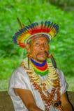 拉戈阿格里奥,厄瓜多尔- 2016年11月17日:关闭传统礼服的一个Siona僧人有在的一个羽毛帽子的 图库摄影