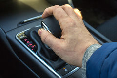 拉扯一个自动齿轮搬移者的手的细节 库存图片