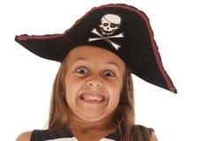 拉扯一张非常滑稽的面孔的海盗的帽子的女孩 库存照片