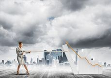 拉扯与绳索的女实业家图表作为力量和控制的概念 免版税库存图片