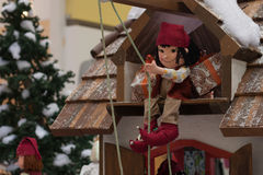 拉扯使用滑轮礼物的圣诞节矮子 图库摄影