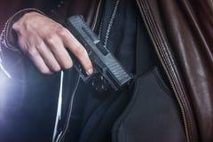 拉扯在一个手枪皮套外面的一杆枪由法律实施者 免版税库存照片
