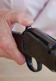投入安全的女性手在步枪 免版税库存图片