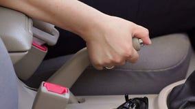 拉扯在汽车的女性手特写镜头手煞车杠杆 股票录像