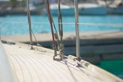 拉扯在游艇的帆柱的短绳 免版税库存照片