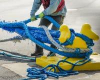 拉扯在绳索的码头工人 免版税库存照片