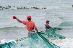 拉扯在他们的网的厄瓜多尔渔夫 库存照片
