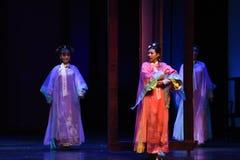 拉扯家庭样式入宫殿现代戏曲女皇在宫殿 图库摄影