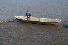 拉扯捕鱼网的渔夫 免版税库存照片