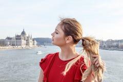 拉扯有闭合的眼睛的少妇头发在布达佩斯 免版税图库摄影