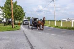 拉扯横跨一个美好的萨斯喀彻温省风景的马一个推车 库存图片