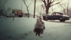 1958 - 拉扯爸爸的孩子在雪雪撬 影视素材