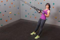 拉扯的欧洲女孩运动员在体操丝带 对上升的墙壁 库存照片