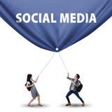 拉扯社会媒介横幅的学生 免版税库存图片