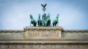 拉扯运输车的古铜色雕象四hourses在Branden顶部 免版税库存照片