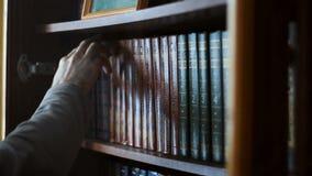 拉扯从图书馆的手一本书搁置 股票录像