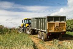 拉扯绿色黄色拖车的现代JCB快速的trac拖拉机 免版税库存照片